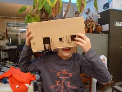 Kunsten kartonnen huis als masker