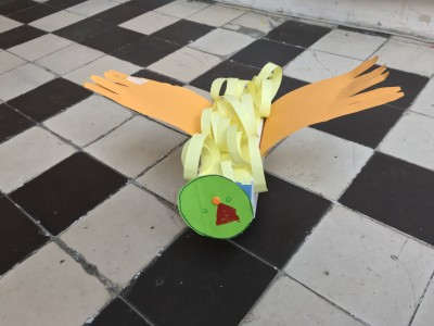 Vogel.  Materiaal: melkpak, kurk, papier.  Door Ronan (5 jaar)
