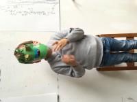 Monster masker knutselen van eierdoppen en rest papier.