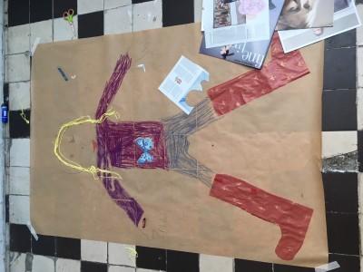 Zelfportret op papier bij de Knutselclub knutselen