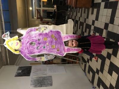 Het zelfportret is af! Toen had ik een paarse jurk aan.