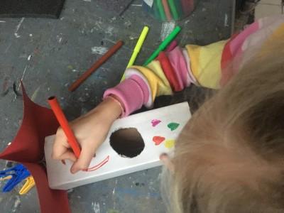 O (7j) heeft een gat in het melkpak gemaakt en is dat aantrekkelijk aan het maken voor de vogels