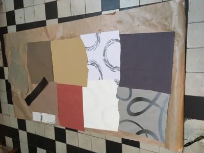 De achterkant van het levensgrote zelfportret wordt met behangpapier vol geplakt. De achterkant wordt een abstract  schilderij, bijna zonde om kapot te knippen.