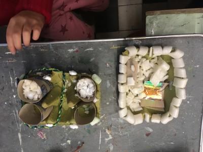 In twee torens zijn de kruimels van de kruimelfabriek te zien. En voor de hamster is een bed gemaakt voor in het hamsterhuis.