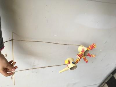 Eenhoorn marionet van wc-rol en muizentrapjes