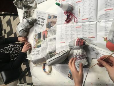 Opdracht met krantenpapier een monster maken