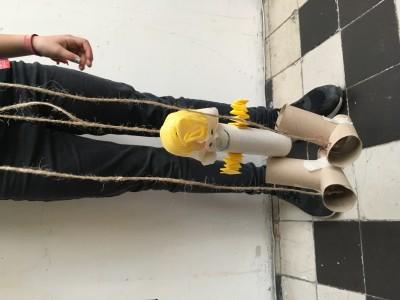 M (10 jaar) bewegende marionet van wc-rollen en verpakkingsmateriaal