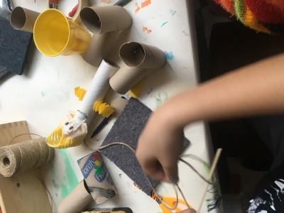 De marionet ligt nog hulpeloos op tafel en kan straks bewegen middels het touw