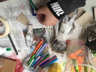 Een monster poppetjes van krantenpapier door J 10 jaar
