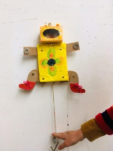 Trekpop die begon als een robot en lieve kinderbeentjes erbij kreeg, gemaakt van dik karton