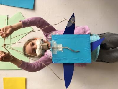 Dolfijn marionet, geknutseld van karton en gekleurd papier