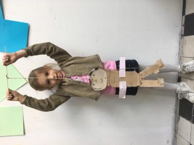 Knippen en plakken van karton een pop maken maar alle ledematen zijn er los aan verbonden, dan wordt het een marionet als je er touwtjes aanmaakt.