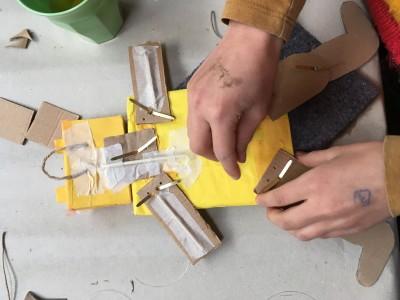 Achterkant van de trekpop met splitpenen zijn de ledematen aan het lijfje gemaakt. Nu moeten er nog touwtjes aan gemaakt.