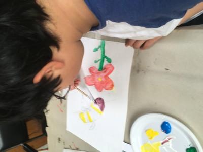 tekening en schilderij van een bij op een rode bloem