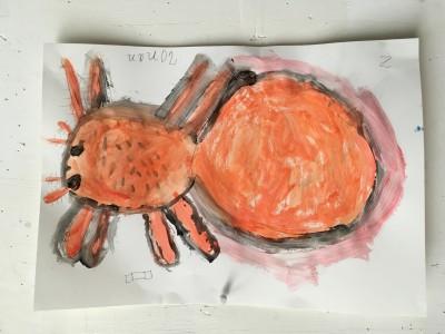 Een hele grote enge spin heeft R. 7 jaar oud eerst getekend en daarna geschilderd.