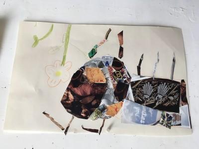 Collage op papier van een bij en een bloem. De bloem is getekend. De bij is van gescheurd en geknipte foto's uit een tijdschrift gemaakt.