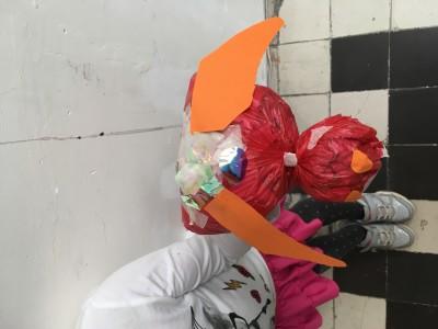 Lieveheersbeestje gemaakt van een plastic biozakje gevuld met kranten. Het lieveheersbeestje heeft vleugels