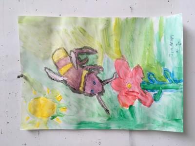 Insecten tekenen en schilderen. Hier een bij met een rode bloem
