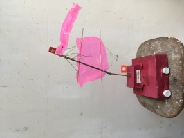 Zeilboot gemaakt van oude melkpakken, bekleedt met papier, beschilderd met acryl. En het zeil van verpakkingsmateriaal.