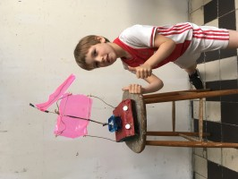 Zeilboot door R. 7 jaar oud. Gemaakt van restmateriaal, zoals melkpakken, een botervlootje, plakband, verpakkingsmateriaal, touw, stokjes