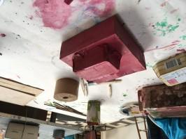 De boot krijgt doordat die in 1 kleur is geschilderd wordt het een abstracte vorm, een bouwwerk.