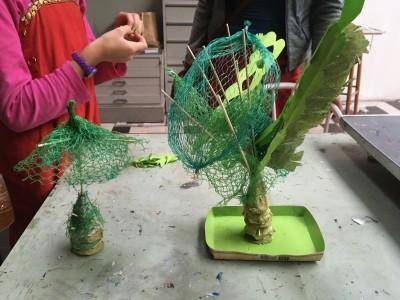 grote en kleine palmboom uit segmenten opgebouwd van lege eierdozen