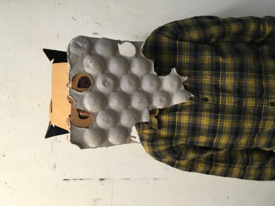 De juf met een masker op