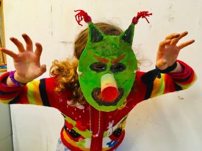 eng masker felgroen met rode pluimpjes en een grote lange neus