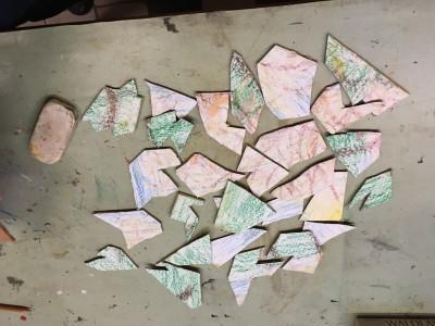 Abstract kunstwerk of puzzel, deze losse stukken in grillige vormen, gemaakt van karton. Een puzzel in abstracte vormen geknipt. Ja, dat kan ook, waarom niet. Maar moeilijk wordt ie wel. Gelukkig is er een voorbeeld bij. Gemaakt van karton waarop een tekening is geplakt en die weer in stukken geknipt.