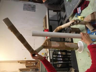 En de knikkerden wordt maar langer en langer. Alle binnenkant rollen wc-papier die er zijn worden gebruikt er komen pilaren om de knikkerden te ondersteunen.