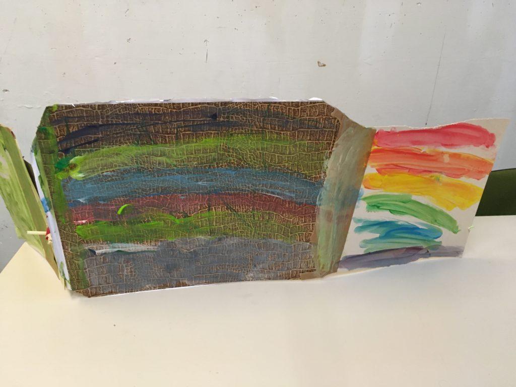 Ipad, de achterkant beschildert met de kleuren van de regenboog