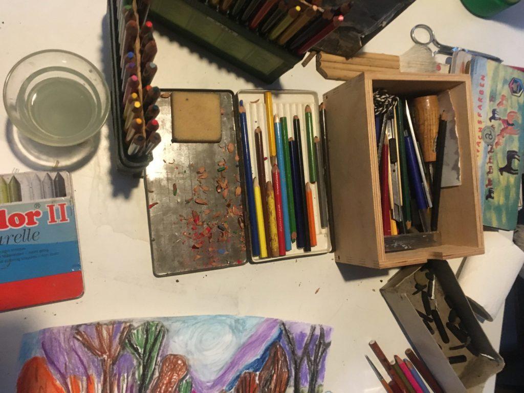 kleurmateriaal: potloden, houstkool, tekenen kwasten